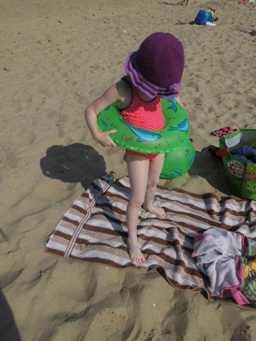 Urlaub 2015: Strandmomente - Fertig für das Meer (Kind mit Schwimmreifen)